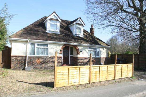 3 Bedrooms Bungalow for sale in Knaphill, Woking, Surrey