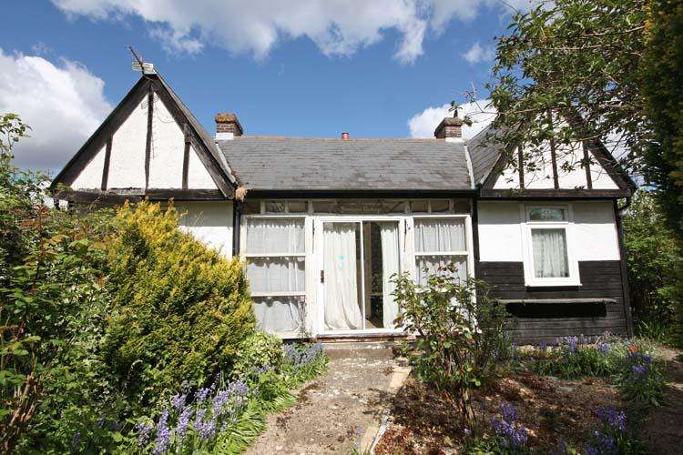 2 Bedrooms Detached Bungalow for sale in Bull Hill, Pilley, Lymington SO41
