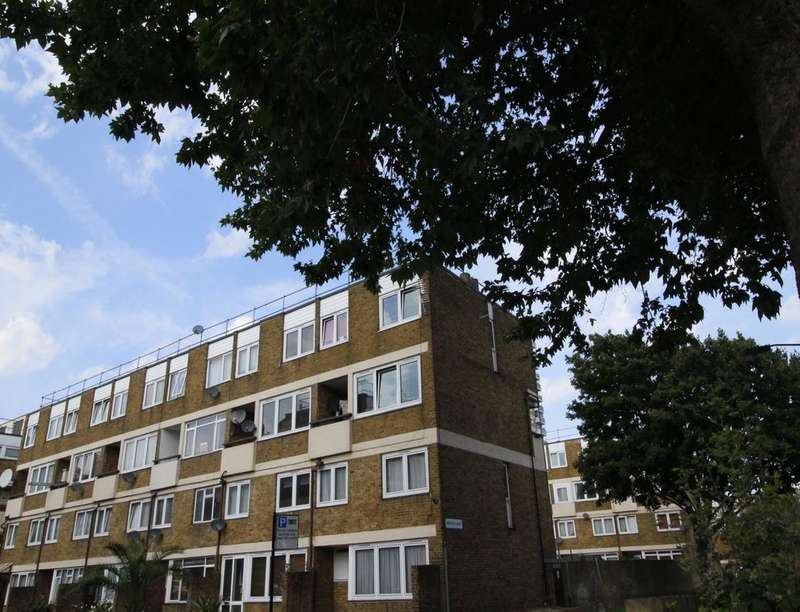 3 Bedrooms Flat for sale in Consort Road, Peckham, London, SE15