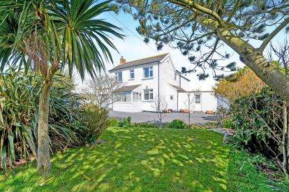 3 Bedrooms Detached House for sale in Mawgan Porth, Newquay, Cornwall