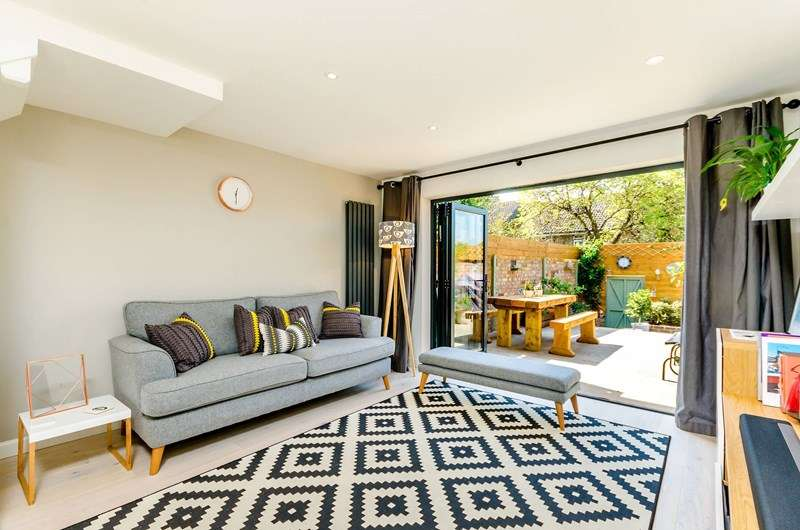 2 Bedrooms Terraced House for sale in St. Peter's Close, London