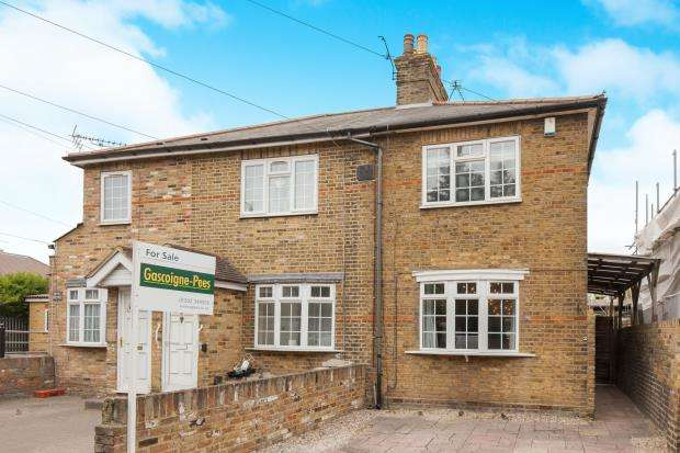2 Bedrooms End Of Terrace House for sale in Long Lane, Staines-Upon-Thames, Surrey
