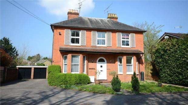 3 Bedrooms Apartment Flat for sale in Finchampstead Road, Wokingham