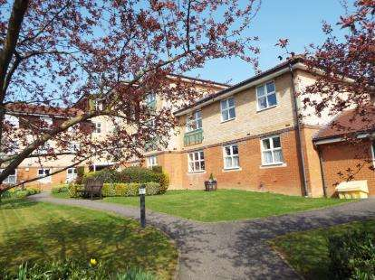 2 Bedrooms Flat for sale in Seabrook Court, Station Close, Potters Bar, Hertfordshire