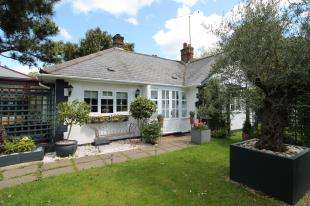 2 Bedrooms Bungalow for sale in Ship Hill, Tatsfield, Westerham, Surrey