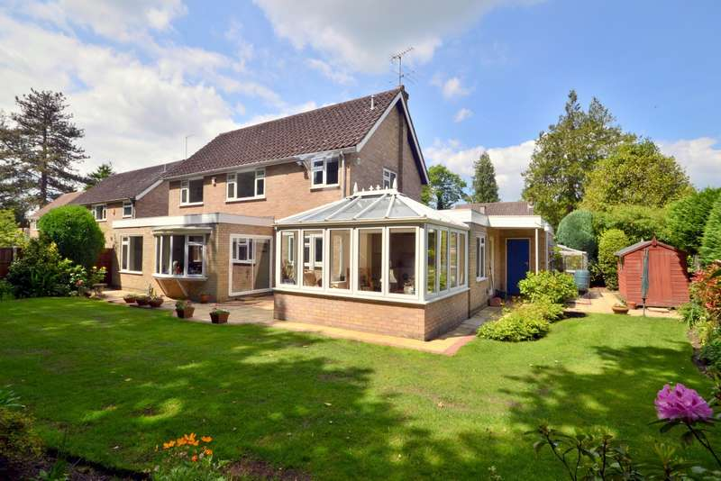 4 Bedrooms Detached House for sale in Horsell