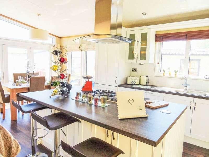 3 Bedrooms Lodge Character Property for sale in Porthcawl, Bridgend