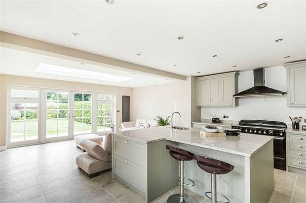 4 Bedrooms Detached House for sale in Queens Avenue, WEST BYFLEET, Surrey