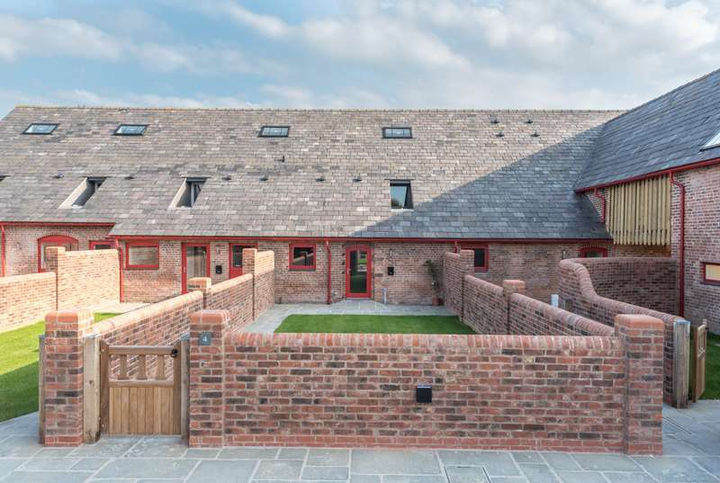 3 Bedrooms House for sale in 3 bedroom Barn Conversion Terraced in Huxley