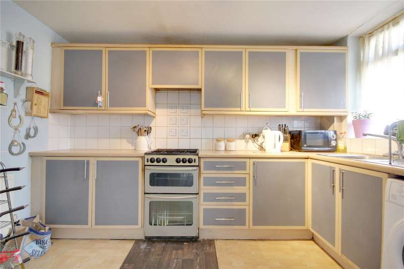 3 Bedrooms Maisonette Flat for sale in Middlesex Court, Addlestone, Surrey, KT15