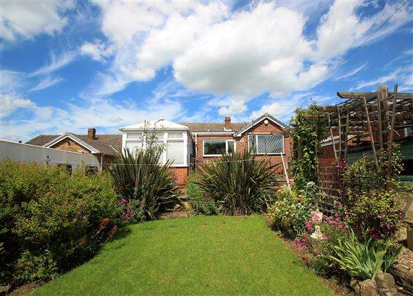 3 Bedrooms Bungalow for sale in Meadow Court, South Elmsall