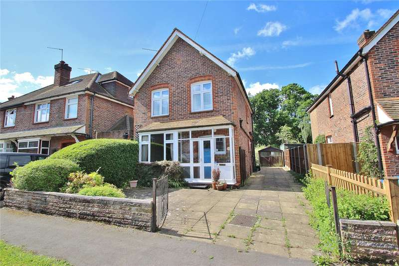 3 Bedrooms Detached House for sale in Holyoake Avenue, Horsell, Surrey, GU21
