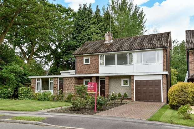 3 Bedrooms Detached House for sale in Hillary Drive, CROWTHORNE, Berkshire
