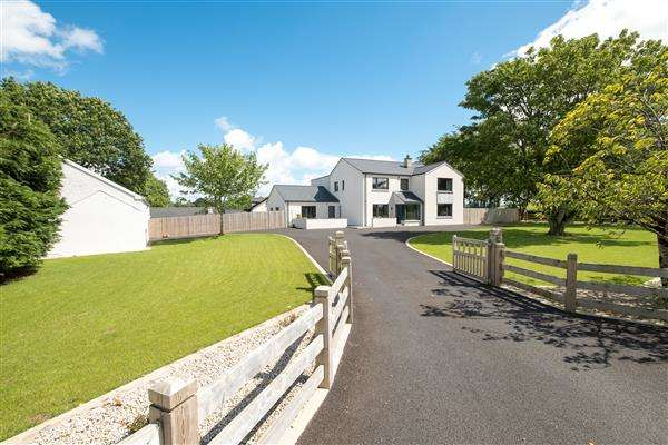 5 Bedrooms Detached House for sale in 2 Tonyloman Road