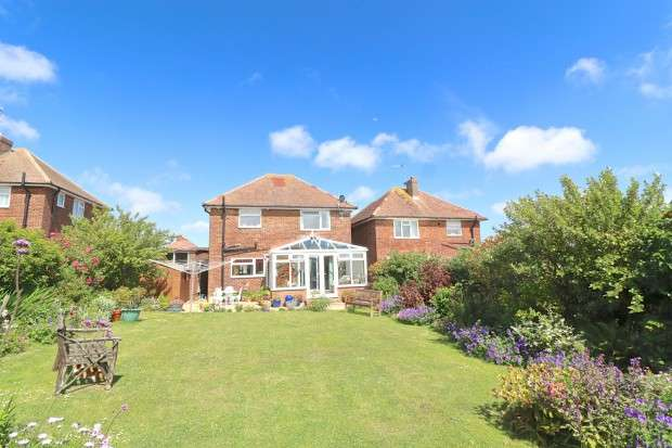 3 Bedrooms Detached House for sale in Meadowlands Avenue, Eastbourne, BN22