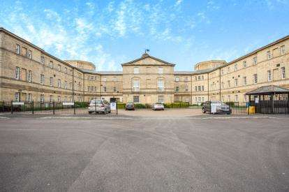 3 Bedrooms Flat for sale in Parklands Manor, Chaloner Grove, Wakefield, West Yorkshire