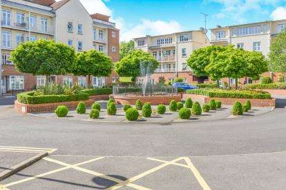 2 Bedrooms Flat for sale in Ridley Court, 1 Cambridge Close, Barnet, England