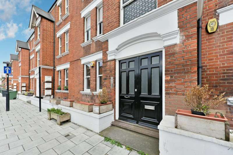 2 Bedrooms Flat for sale in Bavent Road, London SE5