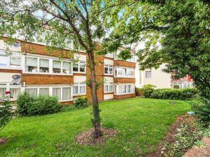 2 Bedrooms Flat for sale in Love Lane, Woodford Green, Essex