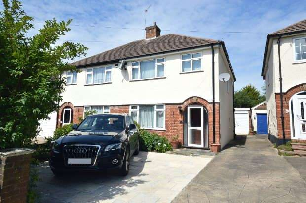 3 Bedrooms Semi Detached House for sale in Gilders Road, Chessington