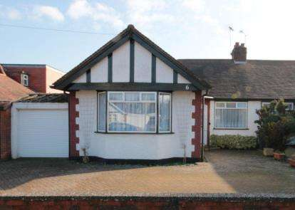 2 Bedrooms Bungalow for sale in The Drive, Potters Bar, Herts