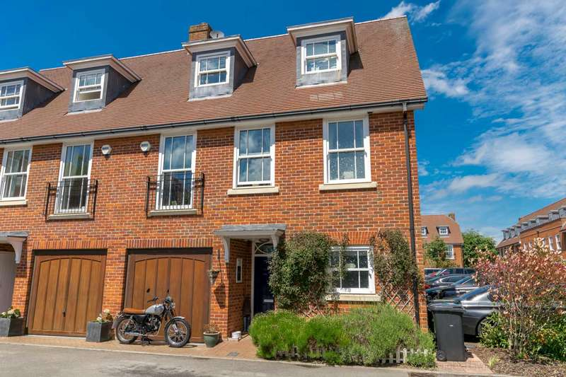 4 Bedrooms Town House for sale in Miller Close, Redbourn