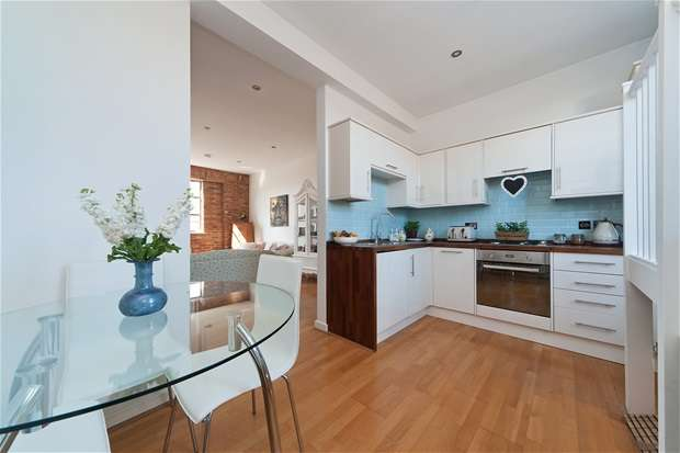2 Bedrooms Flat for sale in Sternhall Lane, Peckham