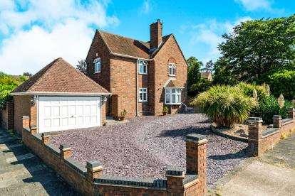 5 Bedrooms Detached House for sale in Noak Hill, Romford, Essex