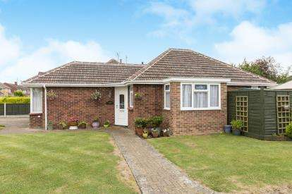 2 Bedrooms Bungalow for sale in Chedworth Way, Cheltenham, Gloucestershire
