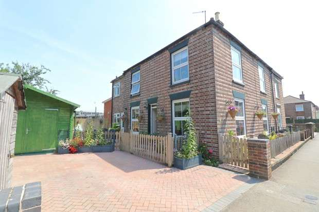 3 Bedrooms Semi Detached House for sale in London Road, Hailsham, BN27