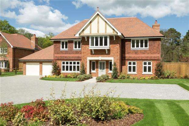 5 Bedrooms Detached House for sale in St. Neots Road, Eversley, Hook