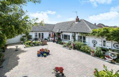 2 Bedrooms Bungalow for sale in Mudeford, Christchurch, Dorset