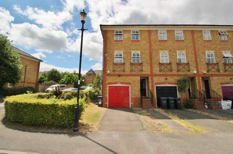 4 Bedrooms Town House for sale in Macleod road, Winchmore Hill, London, N21