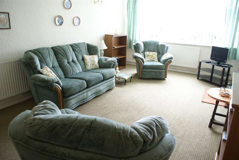 2 Bedrooms Ground Flat for sale in Chulmleigh Close, Cardiff