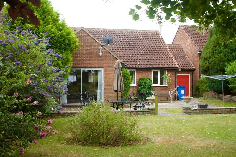 2 Bedrooms Bungalow for sale in Lister Road, Hadleigh, Suffolk, IP7