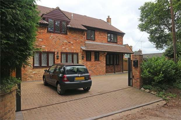 5 Bedrooms Detached House for sale in Golf Lane, Whitehill, Bordon, Hampshire