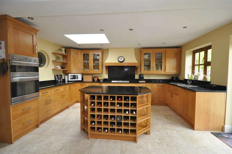 4 Bedrooms Detached House for sale in Red Road, Brentwood