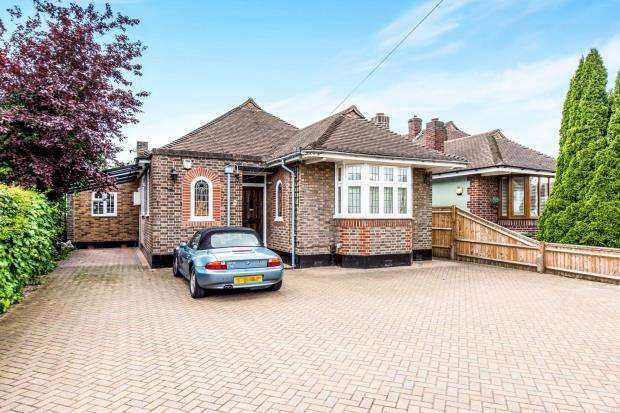 3 Bedrooms Bungalow for sale in Worcester Park, Surrey, .