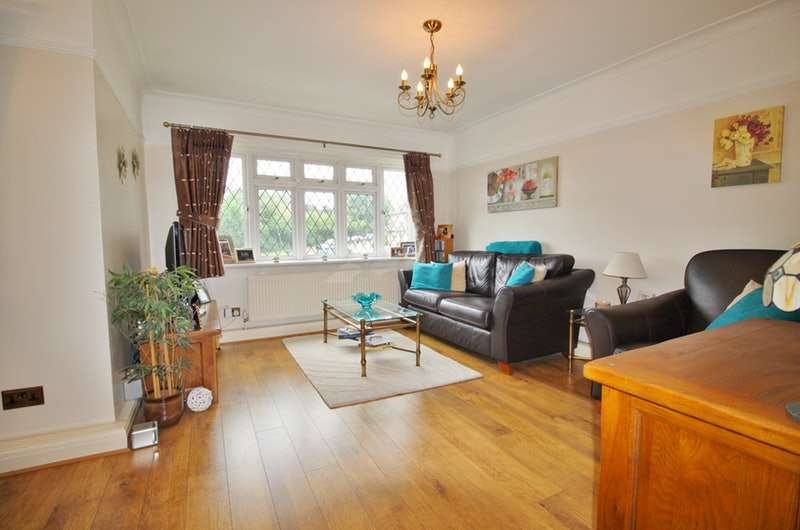 2 Bedrooms Maisonette Flat for sale in Warren Court, Chigwell, Essex, IG7