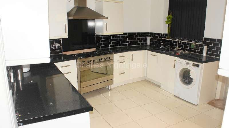 5 Bedrooms End Of Terrace House for sale in Broadway Street, Oldham, Greater Manchester. OL8 1LR