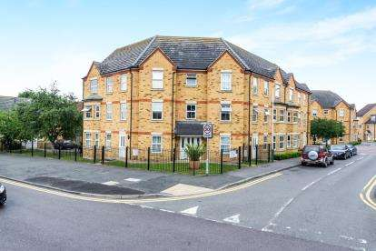2 Bedrooms Flat for sale in 1 Hyde Close, Rise Park, Essex