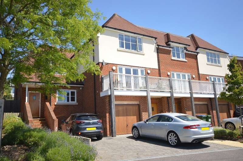 3 Bedrooms Semi Detached House for sale in Arundale Mews, Pulborough, RH20