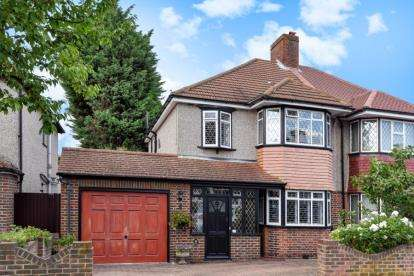 3 Bedrooms Semi Detached House for sale in Hawkhurst Way, West Wickham