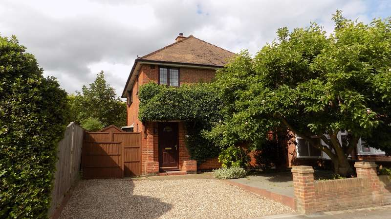 3 Bedrooms Detached House for sale in Holly Road, Aldershot, GU12