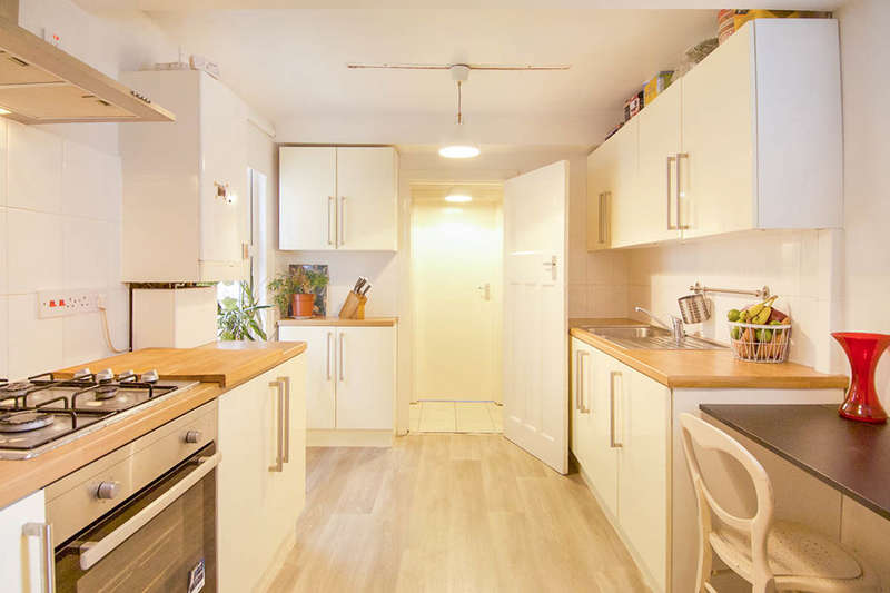 3 Bedrooms Flat for sale in Station Road, London, E7