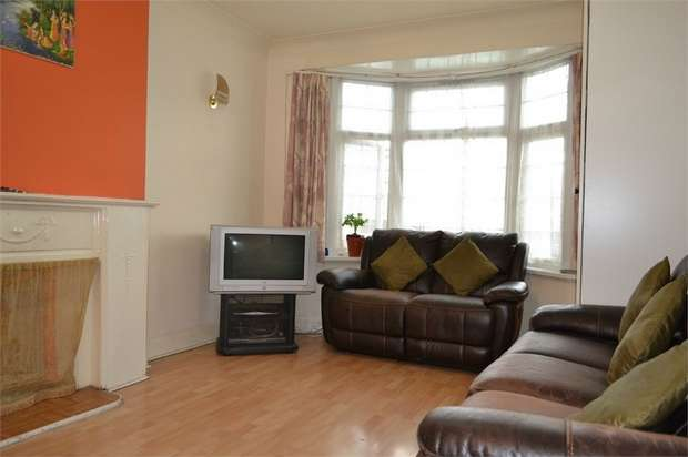 3 Bedrooms Flat for sale in Colin Parade, London