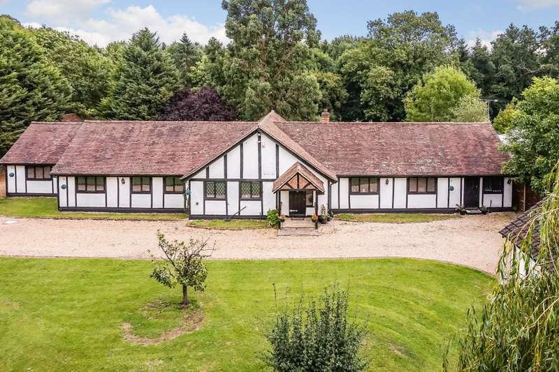 5 Bedrooms Detached House for sale in Egham