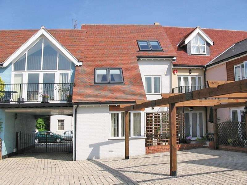 3 Bedrooms Terraced House for sale in Bridge Street, Christchurch