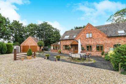 3 Bedrooms Barn Conversion Character Property for sale in Mount Pleasant Barn, Mount Pleasant, Pershore, Worcestershire