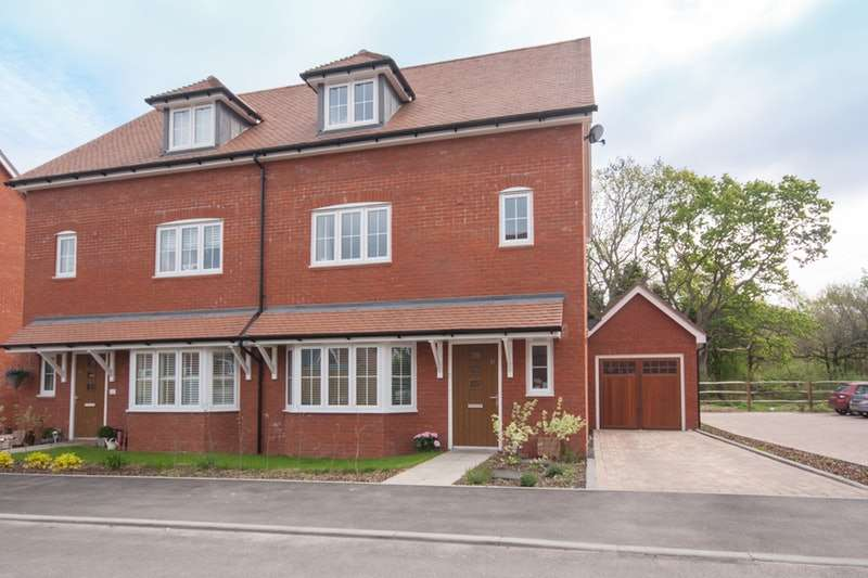 4 Bedrooms Semi Detached House for sale in Wood Croft, Billingshurst, West Sussex, RH14